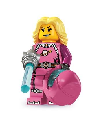 Der har været masser af astronauter i forskellige Lego-sæt, men dette er første gang, at vi ser en pink rumdragt. Vi synes, at det er dejlig retro, at hun har det oprindelige Lego Space-logo på brystet, og så har hun et sexet smil.