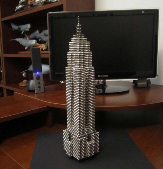 Empire State Building er et af de mest kendte landemærker i New York, hvor den ligger på hjørnet af Fifth Avenue og West 34th Street – det har den gjort siden 1931. Indtil 1972 var bygningen desuden den højeste i verden. Nanodot-versionen består af 11.000 kugler.