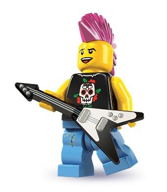"""Da musikspillene for nogle år tilbage var på deres højeste, blev der også udgivet en Lego-version af konsolspillet Rockband. Desværre udkom der aldrig nogle byggesæt baseret på spillet, så vi må """"nøjes"""" med denne rockstjerne i stedet. I Series 7 udkom der også en pigerockstjerne, som matcher ham perfekt."""