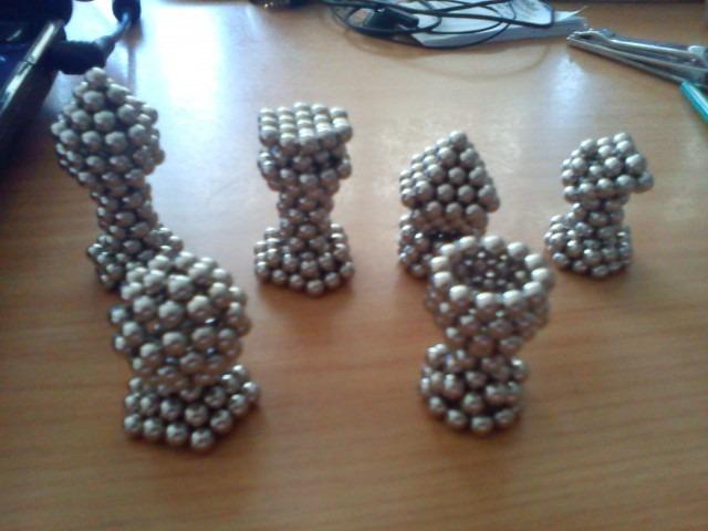 Det er muligvis ikke nogen god ide at spille skak med disse Nanodot-skakbrikker, men imponerende – det er de. Fra venstre til højre er det konge, dronning, løber, hest, tårn og bonde. I alt er der benyttet 640 kugler.