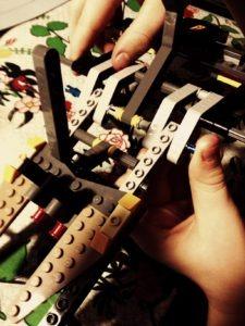 Det er lidt drilsk at få de Lego Technic elementer, der udgør køretøjets kerne, til at klikke helt korrekt sammen.