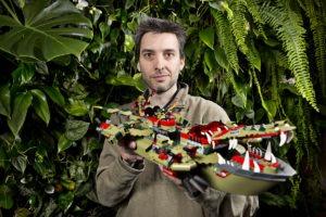 Legodesigner Andrew Woodman, 40 år, har arbejdet hos Lego siden 2003 hvor han i dag er Design Manager 7+ Play Themes. Uddannet indenfor industrielt- og bildesign, og af den opfattelse at en Ferrari FF er den ultimative familiebil.