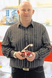 Lego-designer Henrik Andersen er 38 år. Han har været 15 år hos Lego og har tidligere lavet en del Star Wars, men har de sidste ni år beskæftiget sig med Lego City.