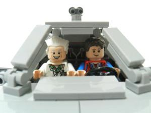 Hvis modellen af den tidsrejsende DeLorean ombygges en smule, kan både Marty og Doc sidde i bilen. Togami og Sakuretsu har lavet en vejledning på japansk.