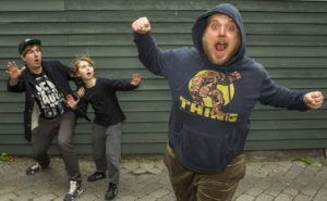 Filminstruktør Ask Hasselbalch (til venstre) i selskab med Oscar Dietz (Antboy) og Nicolas Bro (Loppen)