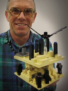 Lego-designeren Steen Sig Andersen med det kommende Lego Minecraft-sæt The End