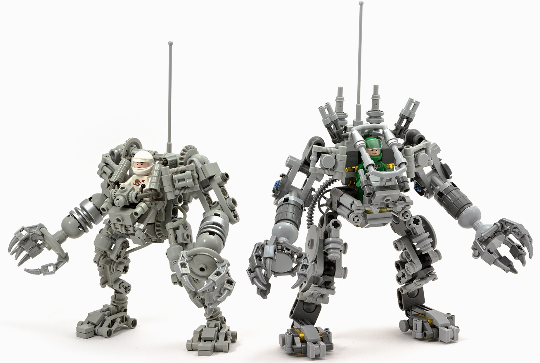 Her kan du se Peter Reids oprindelige Lego Ideas-projekt side om side med den endelige version af Lego Exosuit.