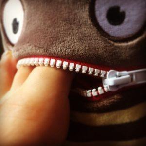 Lynlåsmunden på en Sorgenfresser-bamse er også velegnet til at gemme små stykker legetøj eller andet, som barnet gerne vil have tæt, når der skal soves.