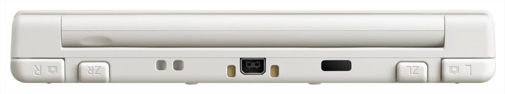 New Nintendo 3DS har fået to ekstra skulderknapper. Laderstikket er det samme som tidligere, men der medfølger ikke en oplader. Den skal købes som ekstraudstyr.
