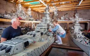 Jim McDonough i selskab med sit barnebarn Leigha og det imponerende Lego-skib.