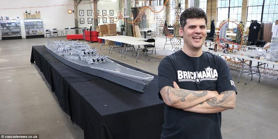 Amerikanske Dan Siskinds Lego-skib er lige halvanden for længere end Jim McDonoughs Lego-model.